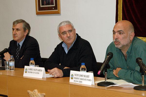 Vicent Josep Escarti, a la dreta, el dia que algemesi va commemorar el centenari del naixement de Marti Dominguez.