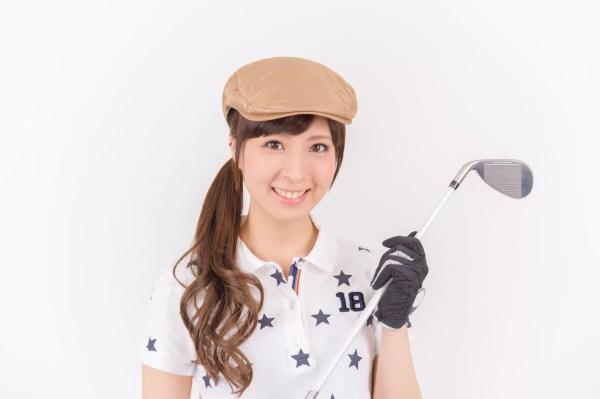 ゴルフウェアを着る女性