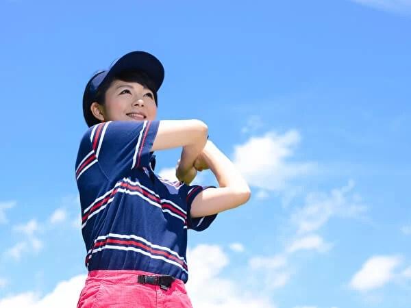 晴れの日にゴルフをする女性