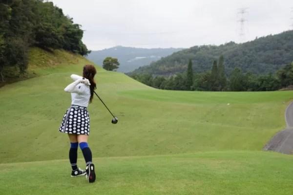 Tグラウンドでドライバーショットを放つ女性ゴルファー
