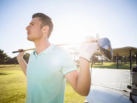 ゴルフクラブを背負う男性ゴルファー