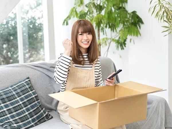 宅配便に荷物を詰める女性