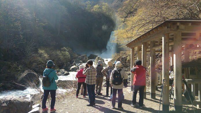 苗名滝と観光客