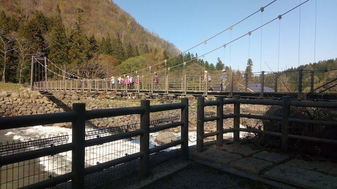 吊り橋と観光客