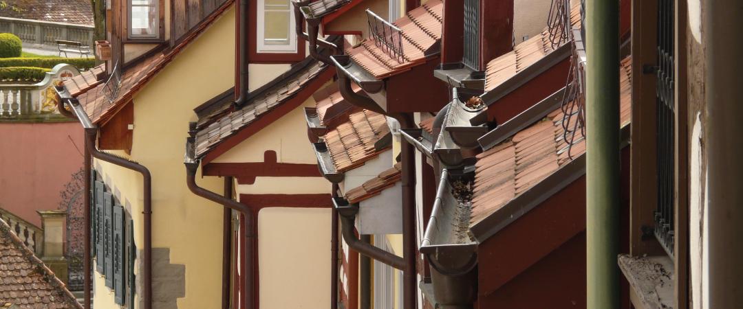 雨樋に使用される金具には、ただ単に雨樋を固定しているだけでなく、雨樋内部の雨水がスムーズに流れるように適切な勾配を付ける役割があります