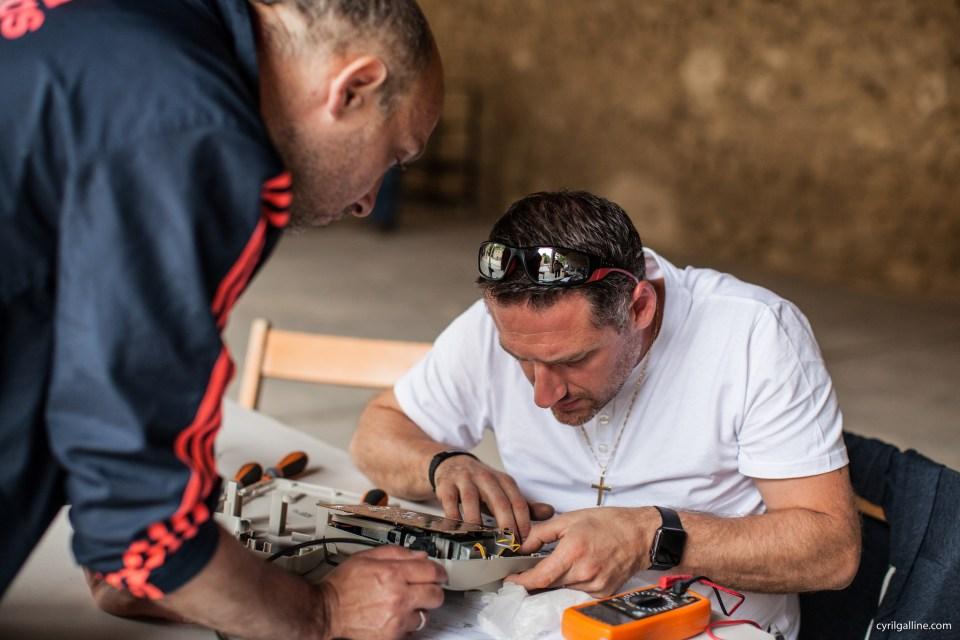 Un réparateur bénévole lors de nature en fête à Miramas le 22 mai