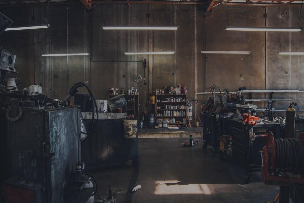 oficina mecânica vazia por causa da quarentena