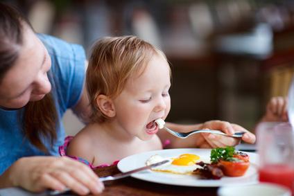 bebe bien installe a table pour manger repas bebe
