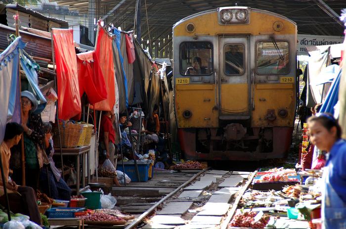 メークロン鉄道市場(パタパタ市場)イメージ