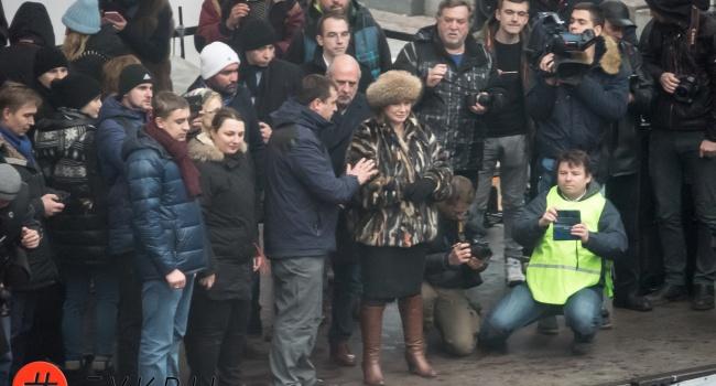 Женщина, которая стояла с Саакашвили на сцене, это и есть ответ на вопрос – чьи интересы он представляет в Украине