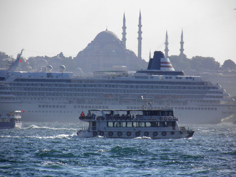 Plusieurs bateaux défilent sur le Bosphore, avec la mosquée Sainte-Sophie à l'arrière-plan