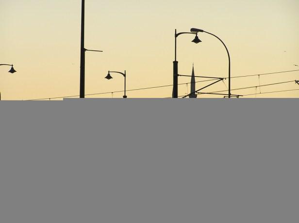 Au centre d'Istanbul, des hommes tentent le poisson avec leur canne à pêche sur le pont de Galata.