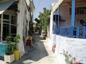Une petite rue touristique du quartier Galata, à Istanbul.