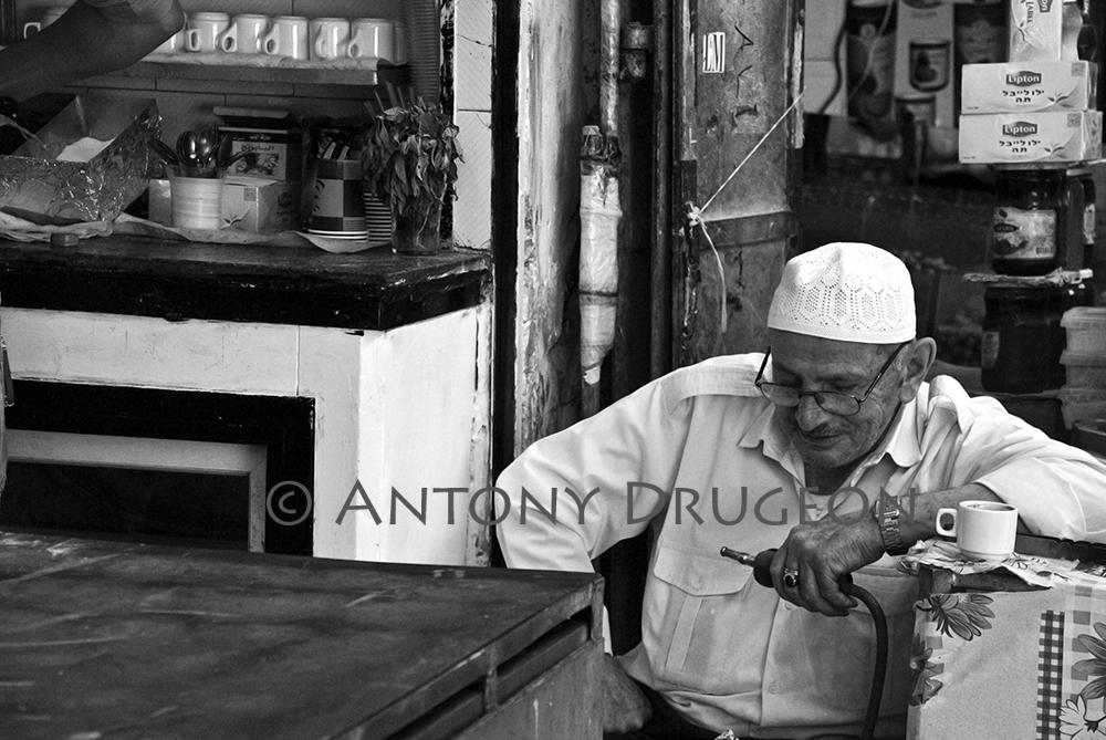 Le vieil homme à la chicha. Vieille ville de Jérusalem.