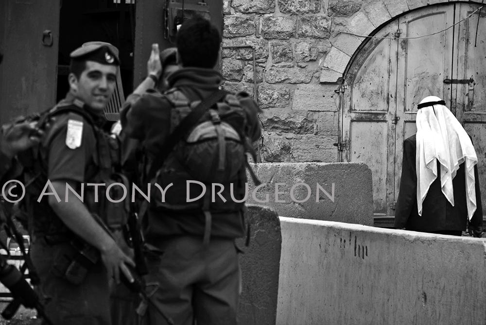 Mise au check point. Hébron, Cisjordanie.