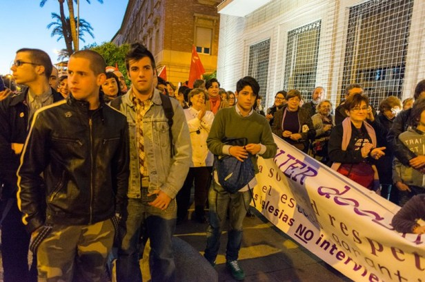 Devant la représentation du gouvernement, les manifestants opposés au projet de loi rétablissant l'interdiction de l'avortement.
