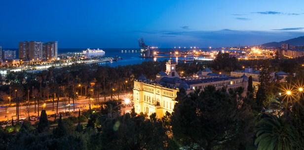 Nuit tombante sur la ville de Malaga et son port