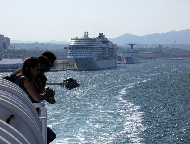 Départ de navire de croisière en Méditerranée