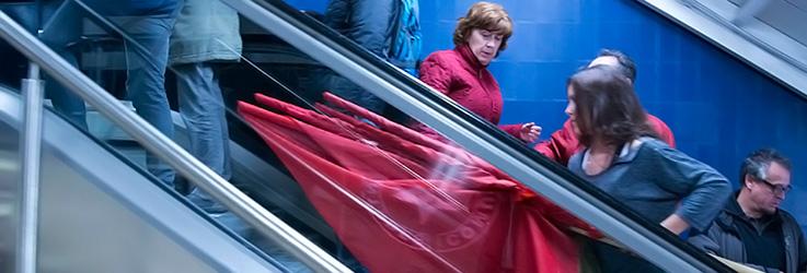 Une manifestante communiste avec ses banderoles dans le métro de Madrid, le 24 mars 2014