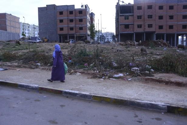 Sidi Moumen : un terrain vague, des ordures et des débris, des bâtiments en construction