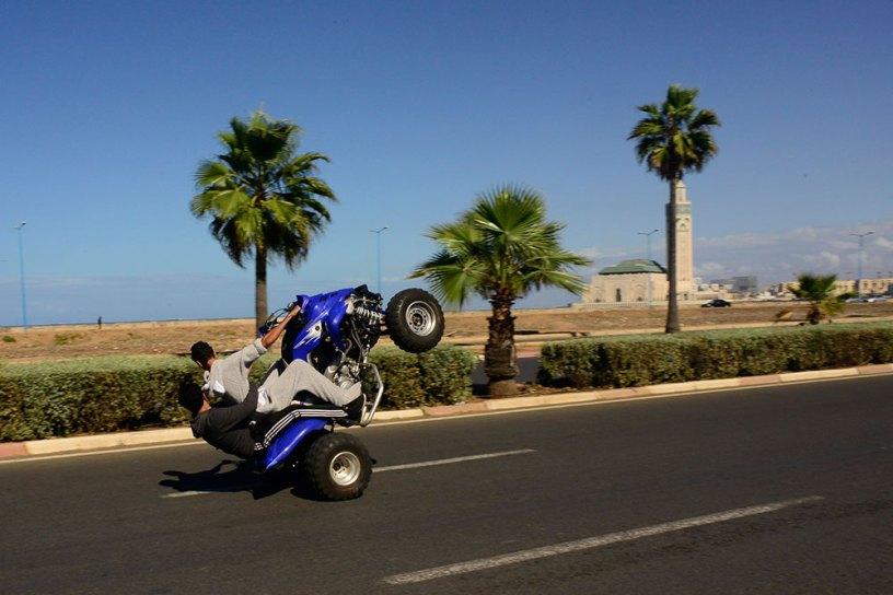 Un quad roule sur les roues arrière, sur la Corniche de Casablanca