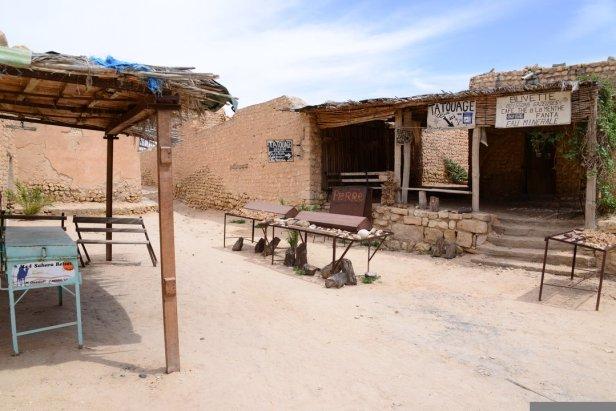 Midès désertée par les marchands de souvenirs touristiques