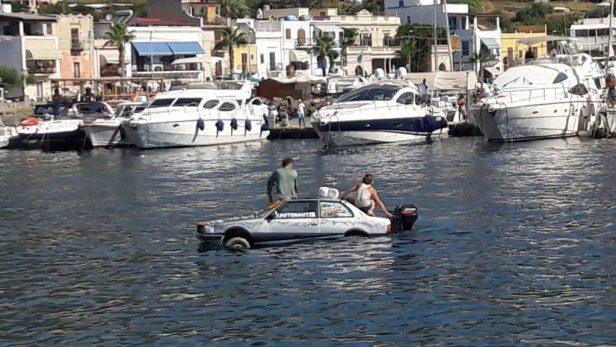 Voiture amphibie dans le port de Lipari