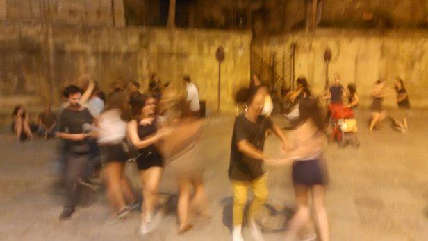 Couples de danseurs sur une place de Palerme