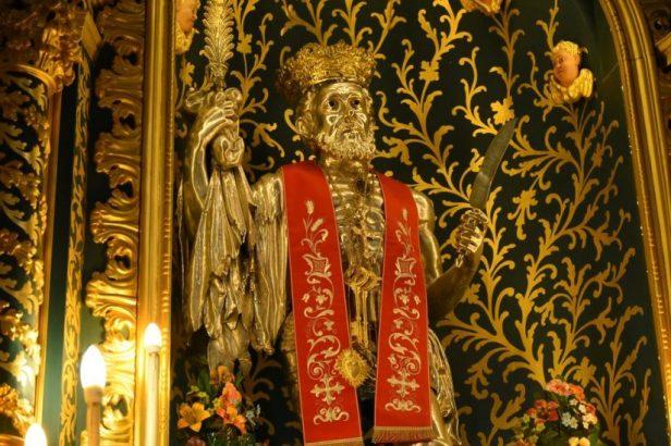 Saint Bartolomé avec son attribut, la couteau