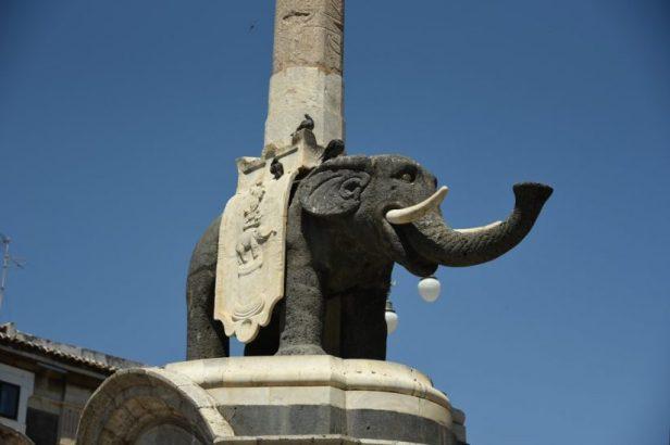 Une statue d'éléphant en lave volcanique
