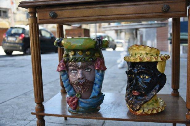 """Deux """"têtes de Maures"""" en vente devant un atelier de céramiques"""