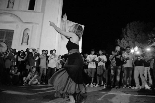 Danseuse de taranta, sur la place du village à Montedoro, pour la célébration de la fin du ramadan