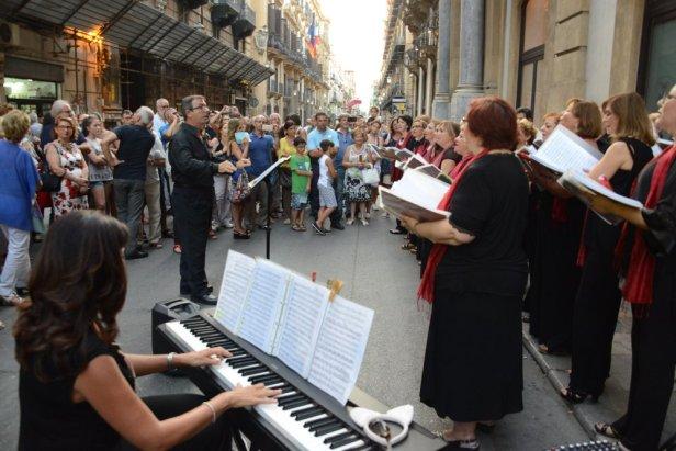 Une pianiste et son clavier, un choeur de femmes et un chef d'orchestre dans la rue