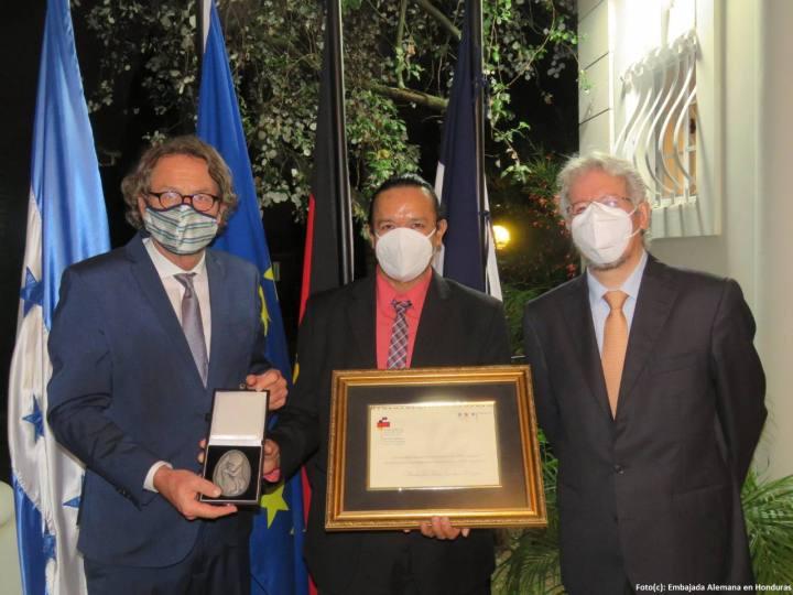En la entrega del premio a José Zambrano.