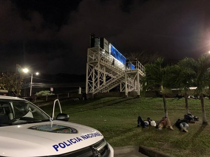 Elementos de Policía Nacional y Fuerzas Armadas de Honduras vigilan a las y los migrantes que duermen a la intemperie. Foto: Dennis Arita