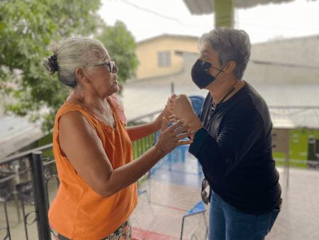 Rosa, mamá de Vicky Hernández saludo a Indyra Mendoza al conocer la sentencia de la Corte IDH sobre el asesinato de su hija.