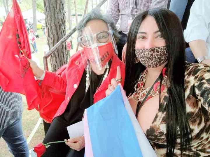 Junto a una compañera de Libre, Vienna celebra su juramentación como secretaria de la Diversidad Sexual.