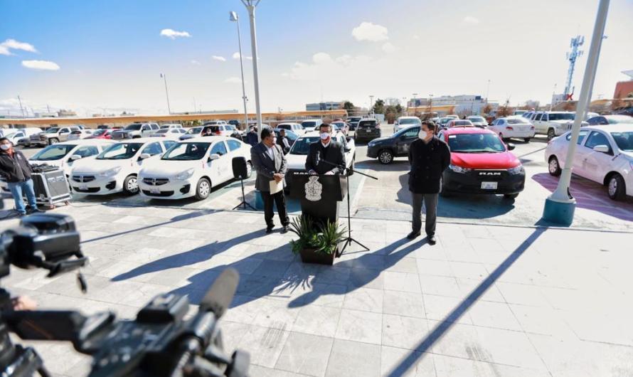 ¡Estrenando!. Entrega Presidente Municipal a tres dependencias 10 vehículos nuevos