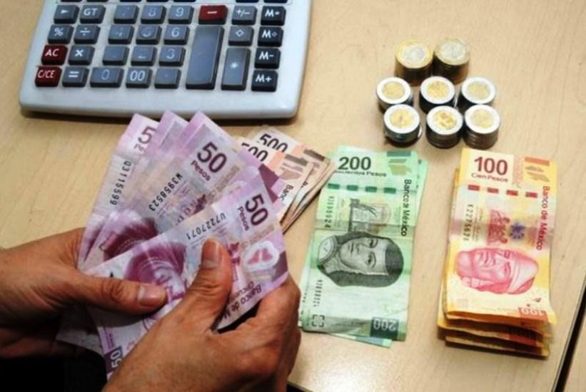 Resultado de imagen para persona contando dinero mexicano
