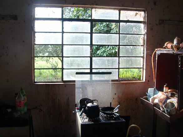 Janela na cozinha de alojamento que era usado como residência (Fotos: MPT)