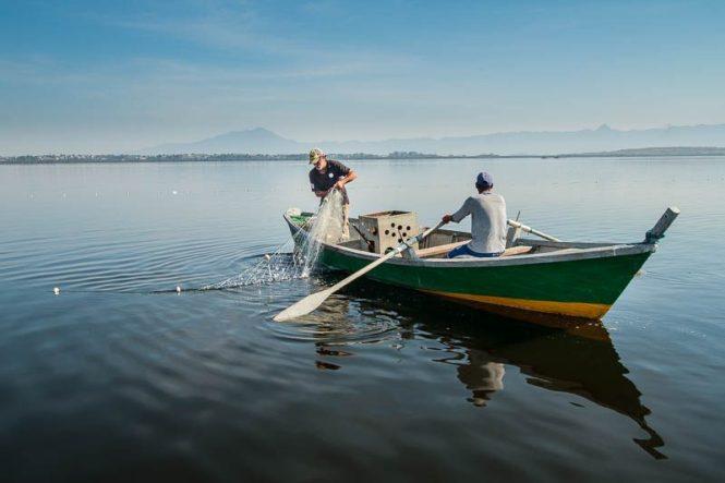 Pescadores usam técnica indígena para encurralar os peixes. Foto: Marcio Isensee e Sá