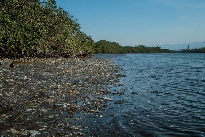 Sujeira aparente é menos nociva do que vazamentos na baía. Foto: Marcio Isensee e Sá