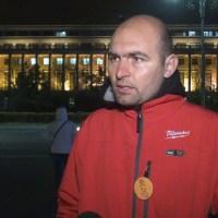 Made în România. Şoferul unui demnitar sparge telefonul unui protestatar | Epoch Times România