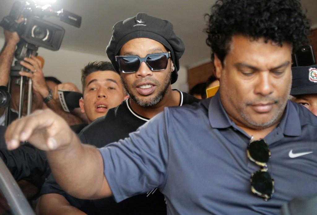 Ronaldinho e o irmão Assis deixam o MP do Paraguai após prestarem depoimento — Foto: Jorge Adorno/Reuters