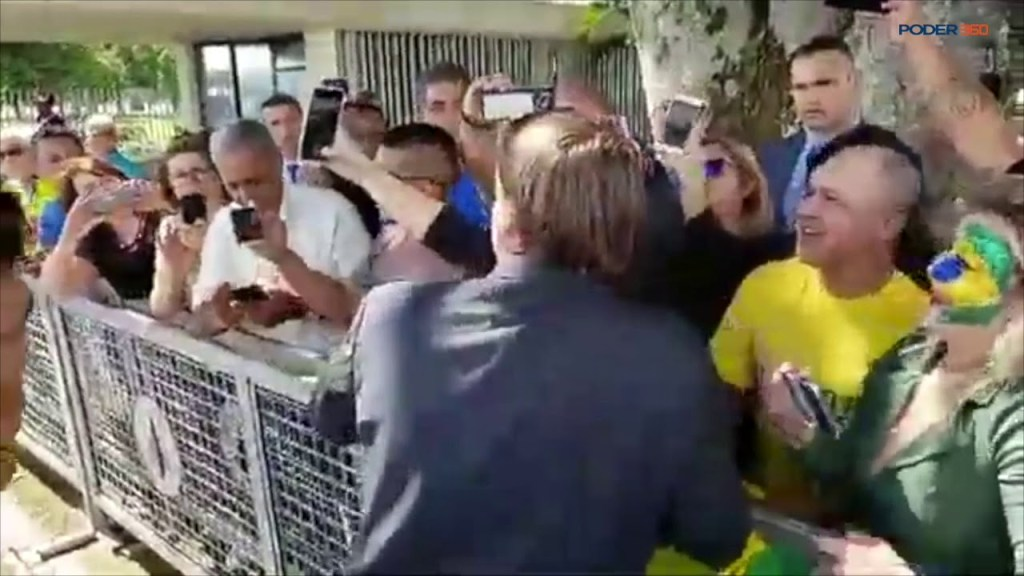 Vídeo: em frente ao Alvorada, humorista imita Bolsonaro e entrega banana para jornalistas