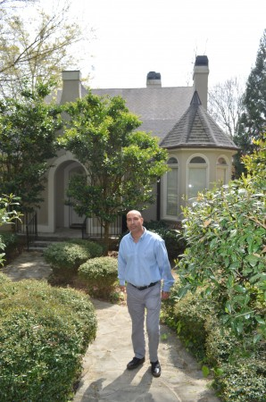 joe earle Chapman Hall Realty agent Avi Shemesh in front of a Brookhaven rental home he listed for $4,000 a month.