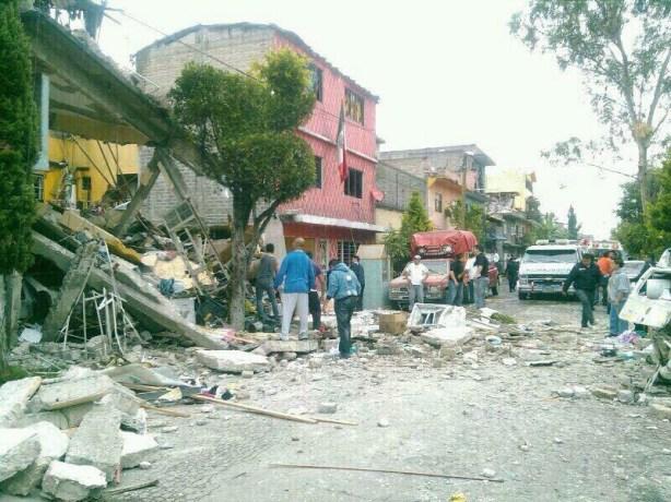 Se derrumba casa de tres niveles por explosión