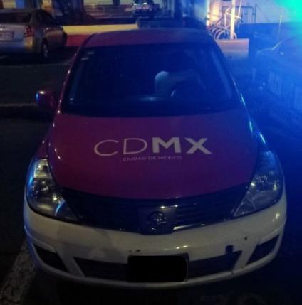 Vehículo Nissan Tiida con cromática de taxi de la CDMX.jpg
