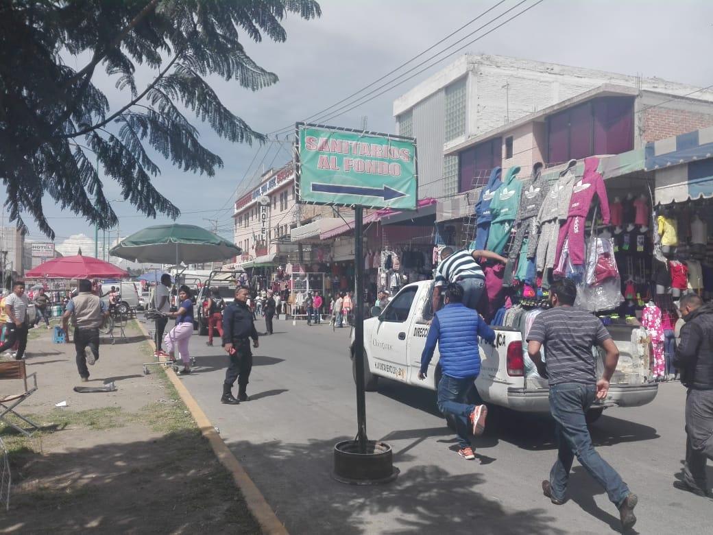 INVASORES DEL BULEVAR XOCHIMILCO, EN CHICONCUAC, AGREDEN A INSPECTORES QUE LLEGARON A DESALOJARLOS