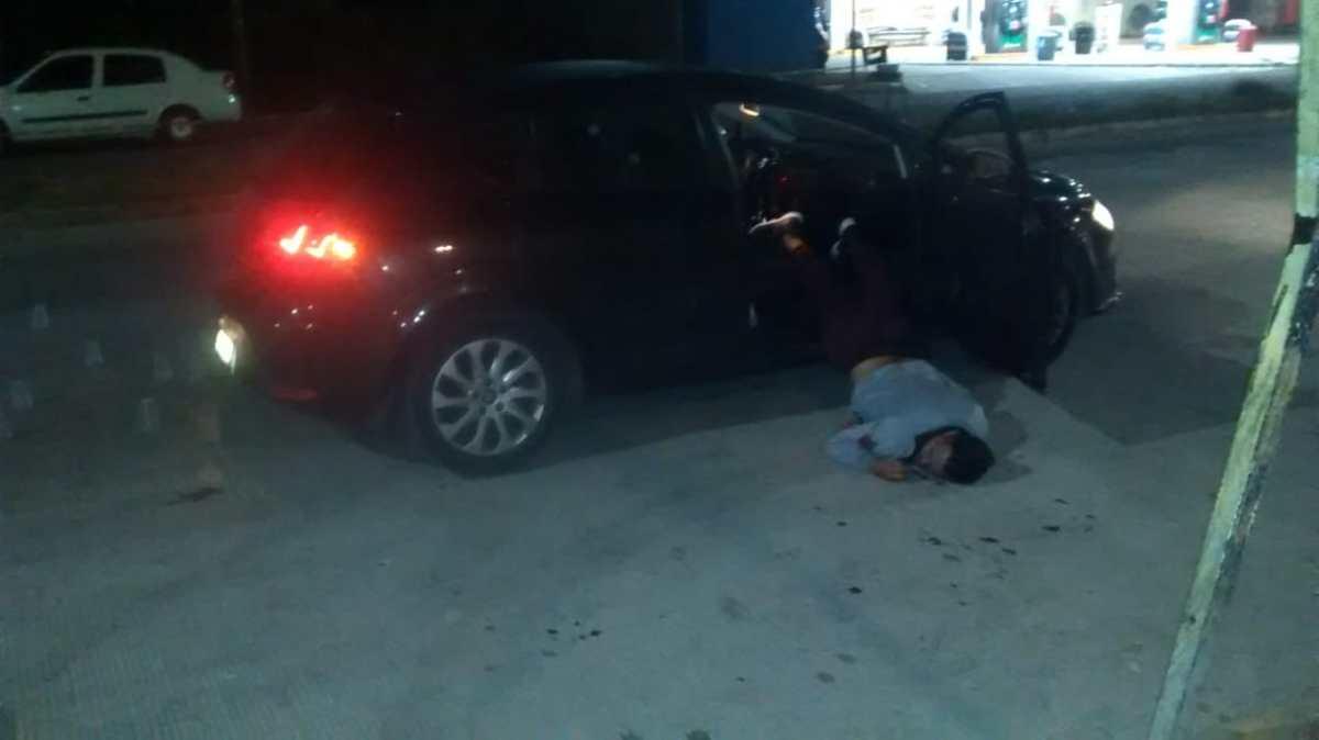 ACRIBILLAN A 3 EN AUTO FRENTE A BAR DE IXTAPALUCA; DOS MUEREN, OTRO QUEDA CON 4 IMPACTOS